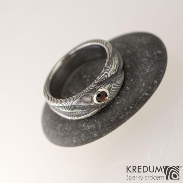 Kovaný prsten damasteel dřevo Víla vod a broušený český granát osazený do stříbra