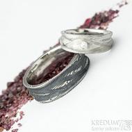 Víla vod a diamant 2,3 mm, velikost 51, šířka 7 mm do dlaně 4,5 mm + Pán vod, velikost 67, šířka 8 mm - Damasteel snubní prsteny - oba lept 100%, pánský zatmavený a dámský světlý