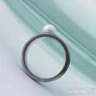 Víla vod a perla - velikost 51, šířka hlavy 7,5 mm do dlaně 5 mm, struktura dřevo - Damasteel zásnubní prsten