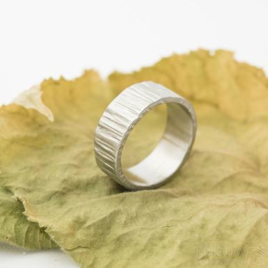 Wood světlý - Kovaný nerezový snubní prsten, velikost 55, šířka 7,6 mm, tloušťka 1,5 mm - produkt SK3150