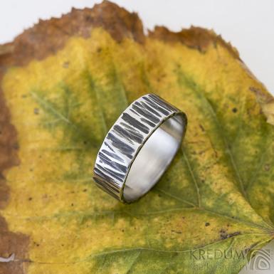Wood tmavý - velikost 60, šířka 7 mm, tloušťka 1,5 mm- Kovaný nerezový snubní prsten, SK2457 (4)