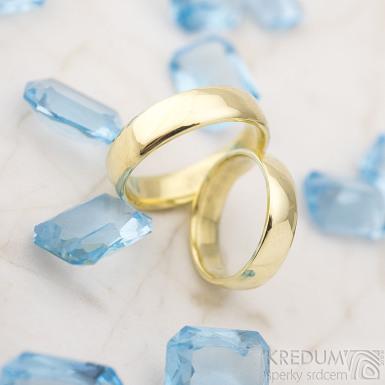 Zlaté snubní prsteny klasik gold yellow lesklé - velikost 48, šířka 4,5 mm, tl 1,3 mm, profil E + velikost 57, šířka 5 mm, tl 1,5 mm, profil E - K 1475 (2)